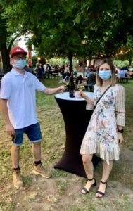 Bruder und Schwester stoßen beim Gartenweinfest an